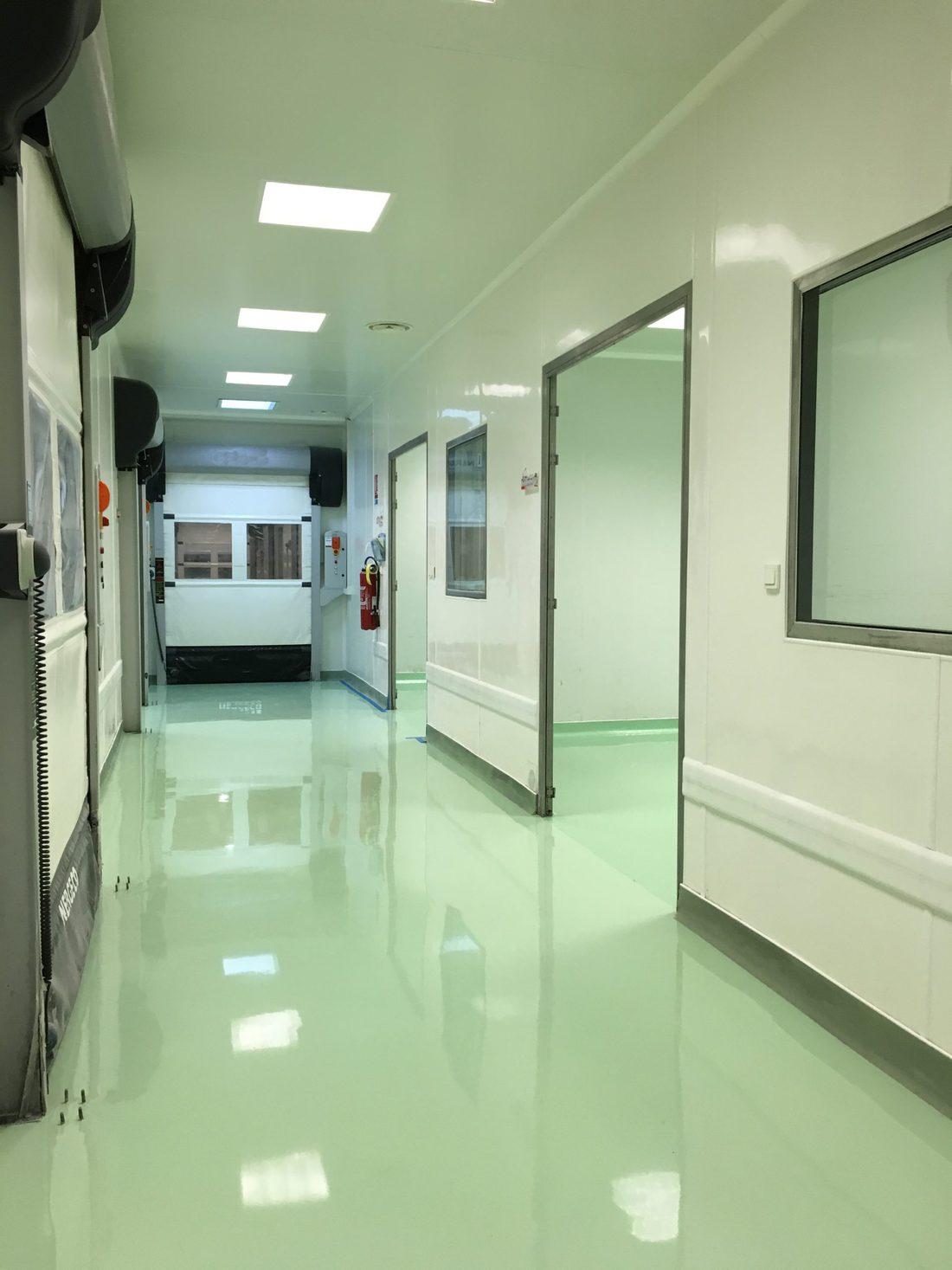 Résine de sol dans un couloir pharmaceutique